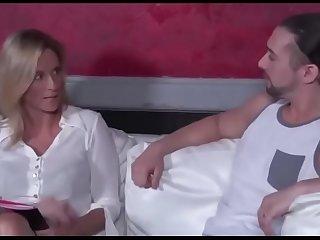 Madre seduce a su hijo hasta que se lo coge. Ver completo: