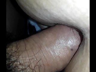 Le lleno el culo de leche mientras duerme