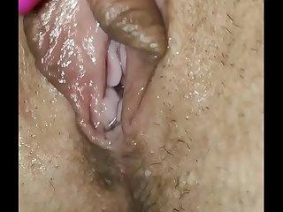 Мокрая киска моей жены дрожит от оргазма.