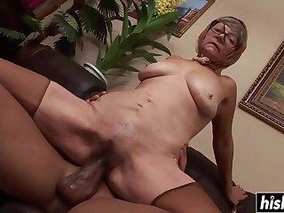 rola negra e grossa rasgando buceta da velha